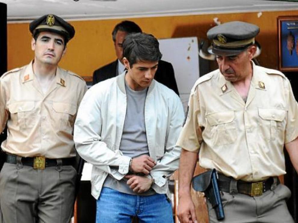 Félix Gómez (centro) interpreta a Rafi Escobedo, asesino confeso de los marqueses de Urquijo.