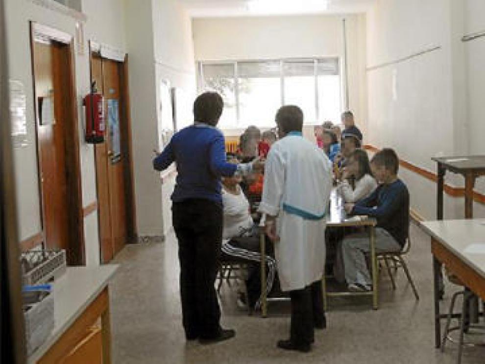 Alumnos del Colegio de Calamocha comen en el pasillo por falta de sitio