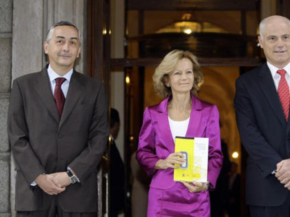 Salgado se fotografió escoltada por los secretarios de Estado de Hacienda y Presupuestos, Carlos Ocaña, y de Economía, José Manuel Campa