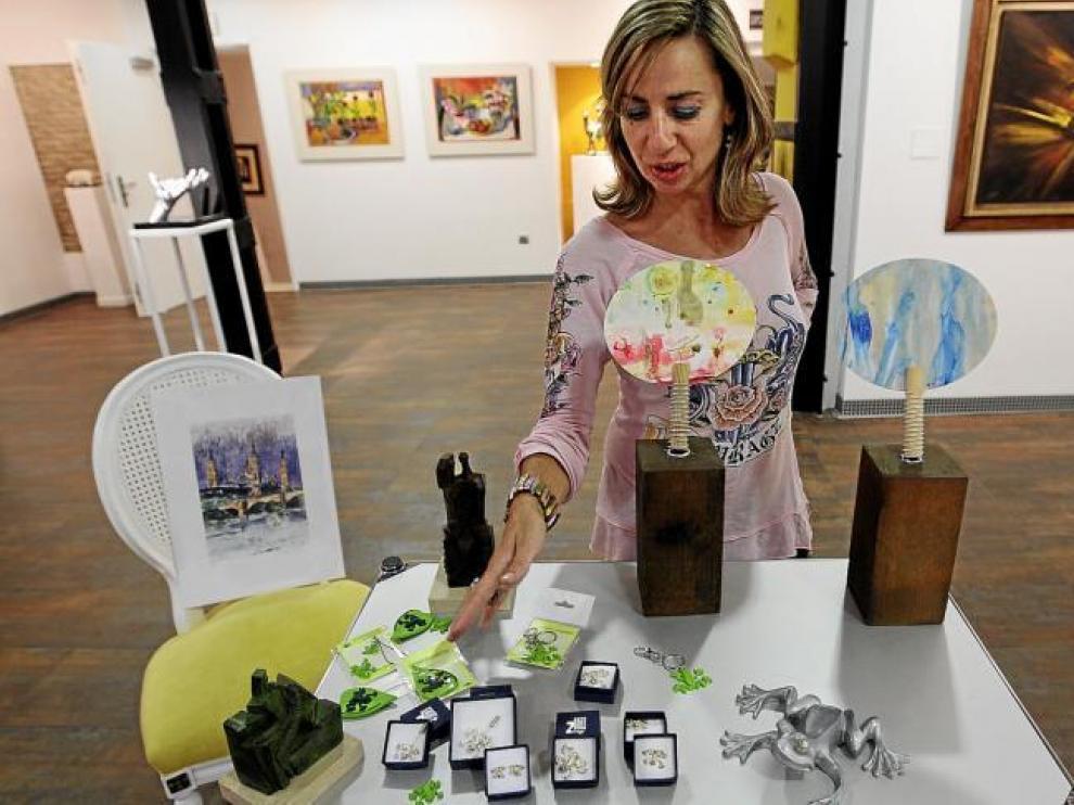 Pilar Ginés muestra algunas de las piezas que se pueden adquirir en su galería a partir de cinco euros.
