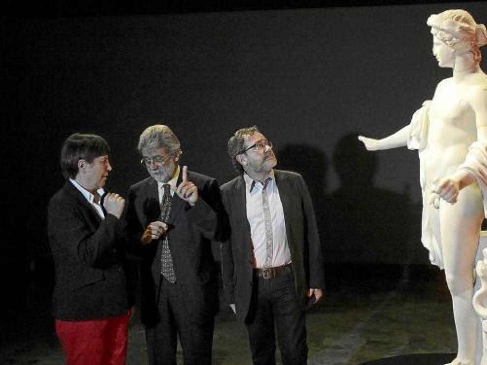 La comisaria Paloma Cabrera, con Miguel Beltrán y Juanjo Vázquez, ante una figura de Apolo.
