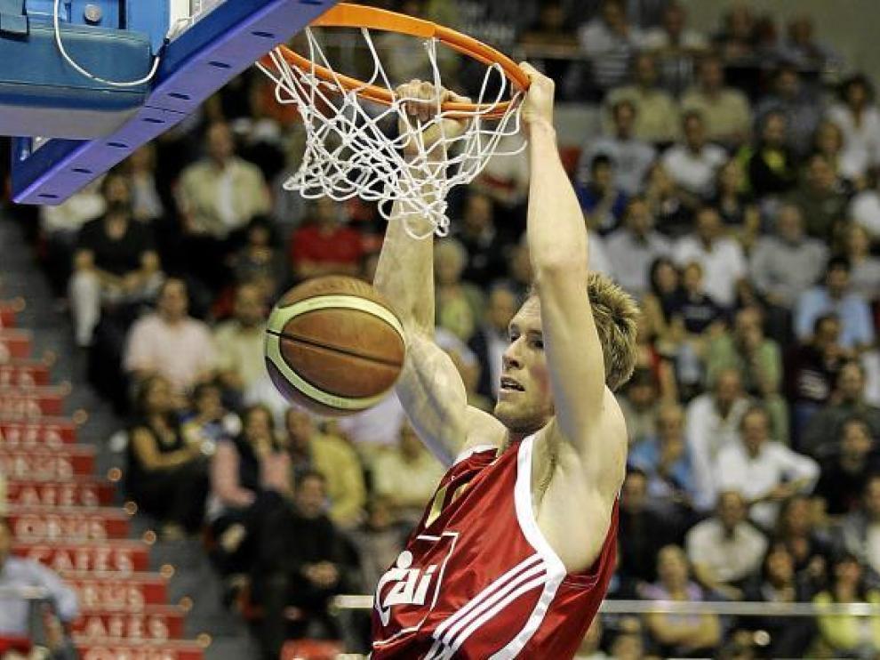El jugador del CAI Zaragoza David Barlow machaca el aro tarraconense.