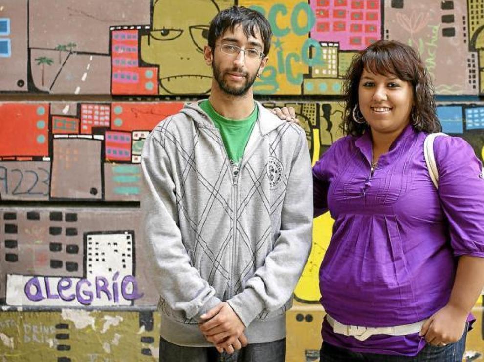 José Ramón Motos y María Pérez posan ante un muro cercano al Centro Joaquín Roncal de Zaragoza, donde se celebraron las jornadas.