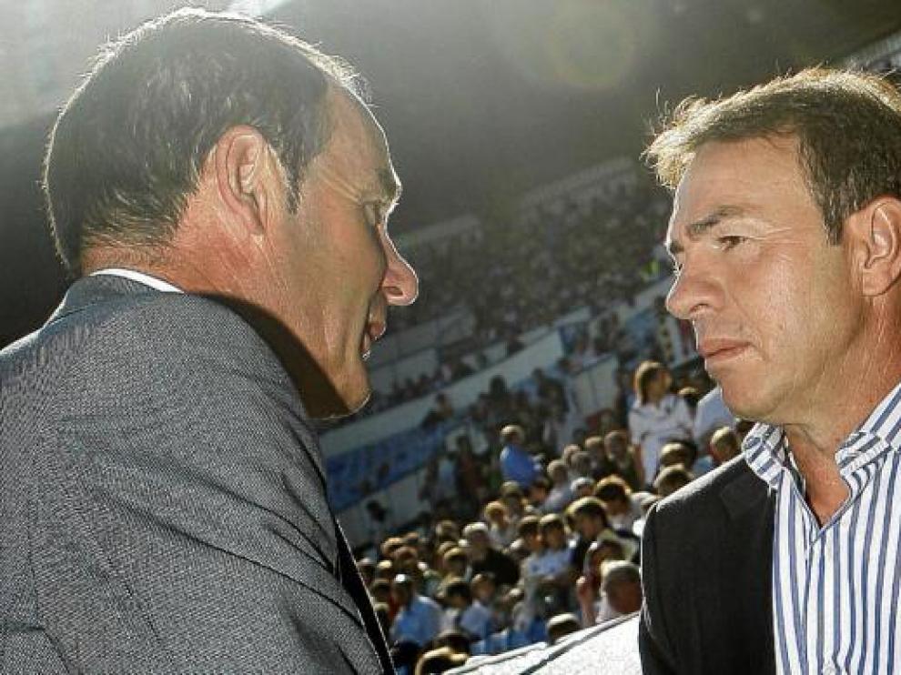 Abel (derecha) saluda a Víctor Fernández antes del 3-0 que le costó la destitución en el Levante