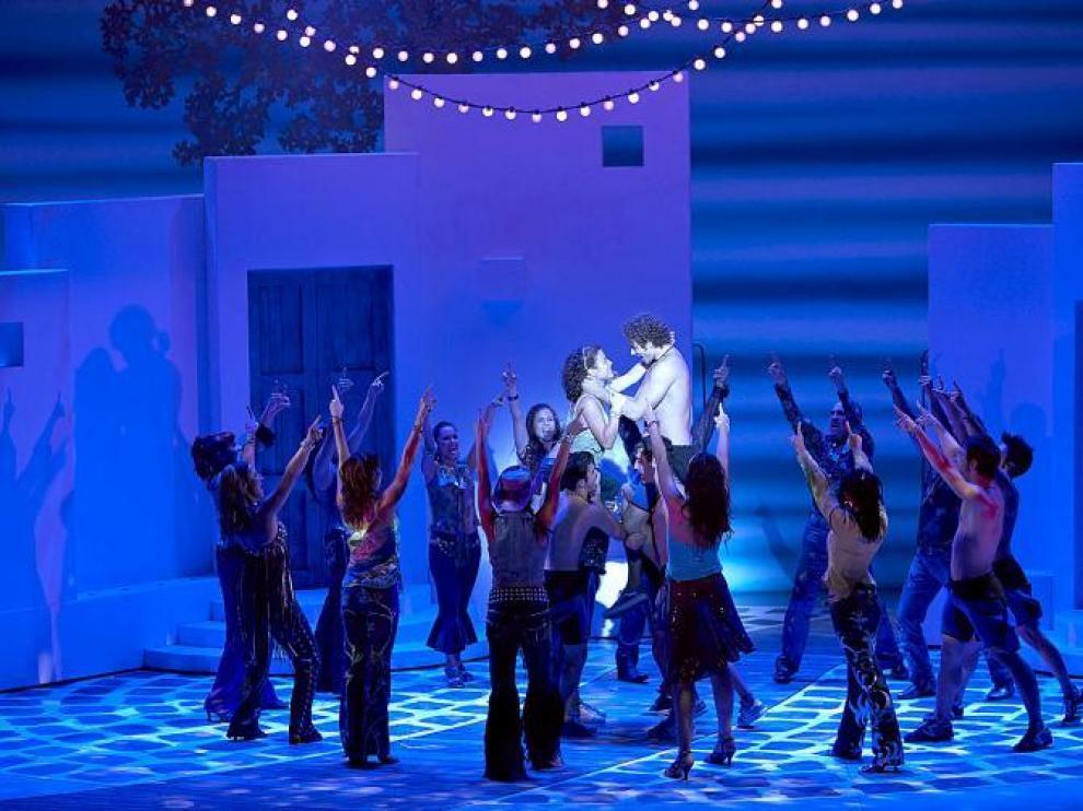 Los protagonistas y el ballet del musical 'Mamma mia!', en uno d elos momentos clave del espectáculo, que hoy se estrena en Zaragoza.