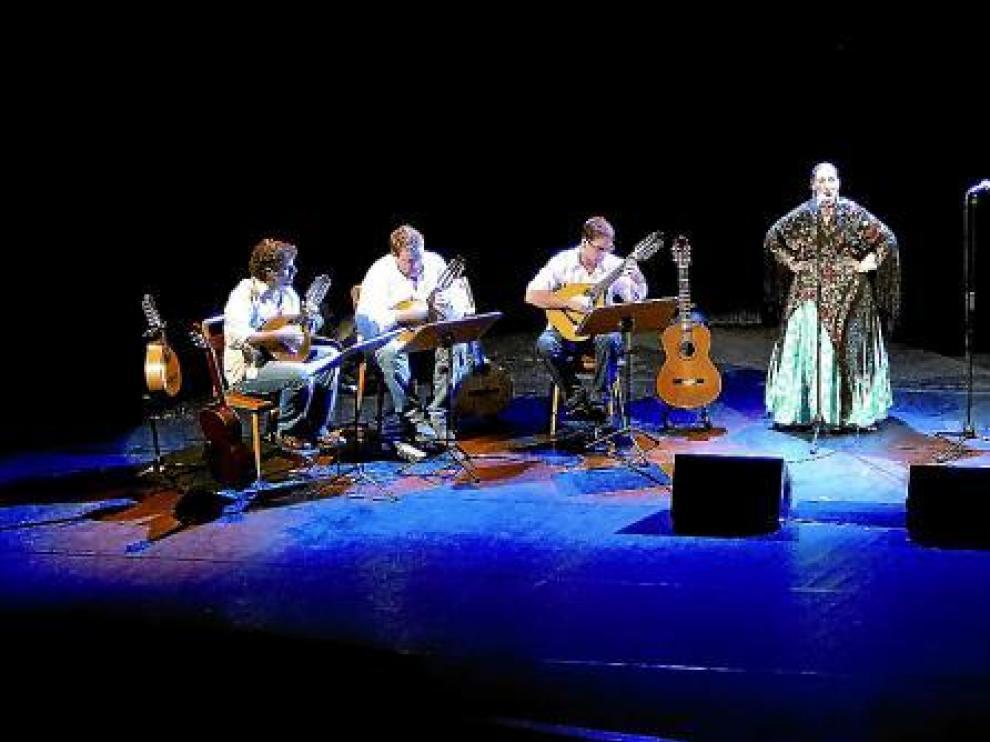 Sobre el escenario, las mejores voces jóvenes de Aragón, acompañadas del cuerpo de baile y un atípico conjunto instrumental.