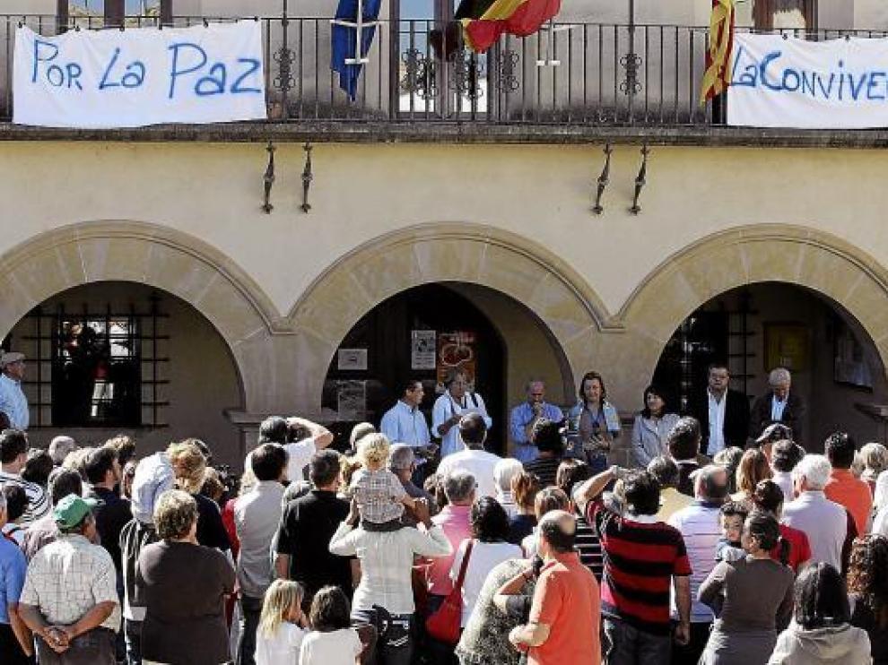 Dos pancartas colgadas en el balcón del Ayuntamiento resumieron los deseos de los asistentes.