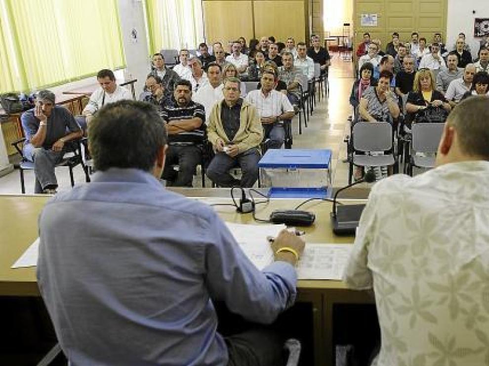 Imagen de la asamblea de trabajadores de Cefa, ayer, en la sede de UGT.