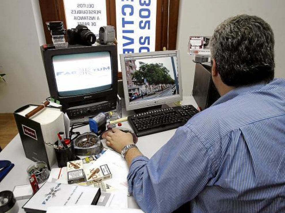 El detective Javier Bellot mira una de las imágenes grabadas durante un seguimiento.