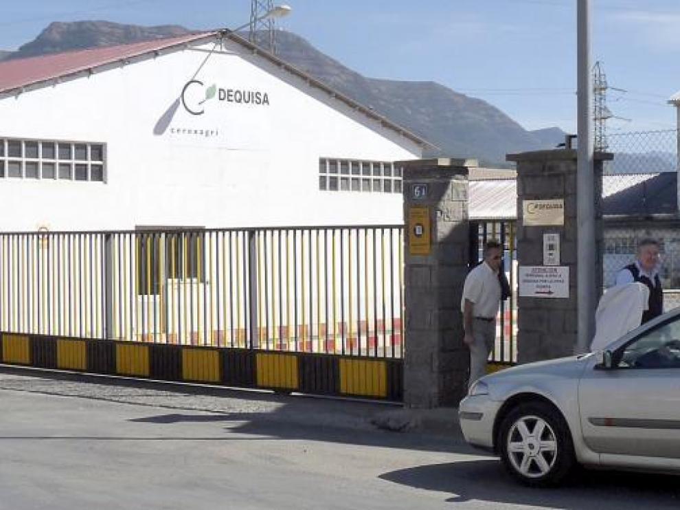 Trabajadores de Dequisa saliendo de la fábrica la semana pasada, cuando se confirmó el cierre.