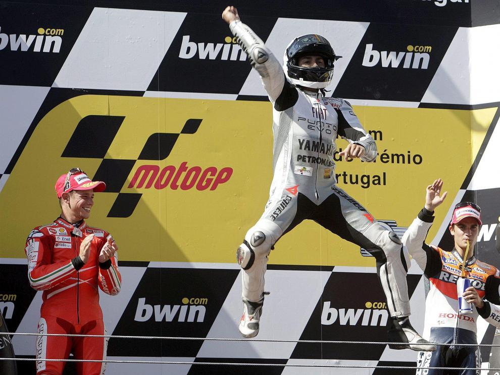 El piloto español Jorge Lorenzo de Yamaha (c) celebra su victoria en Moto GP