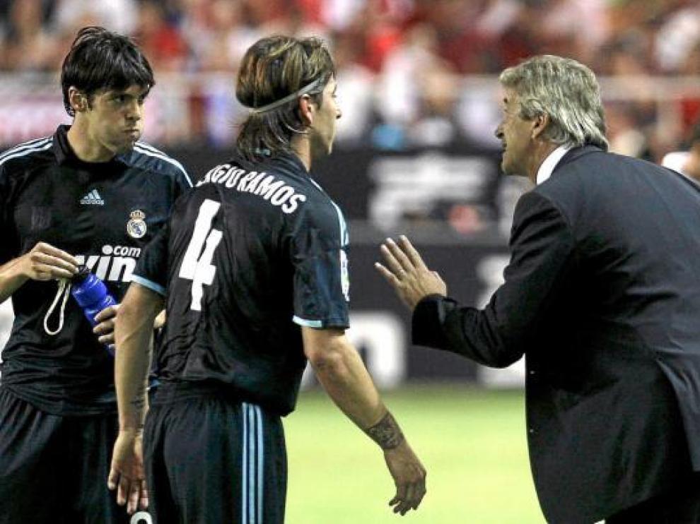 Manuel Pellegrini da instrucciones a Kaká y Sergio Ramos en Sevilla.