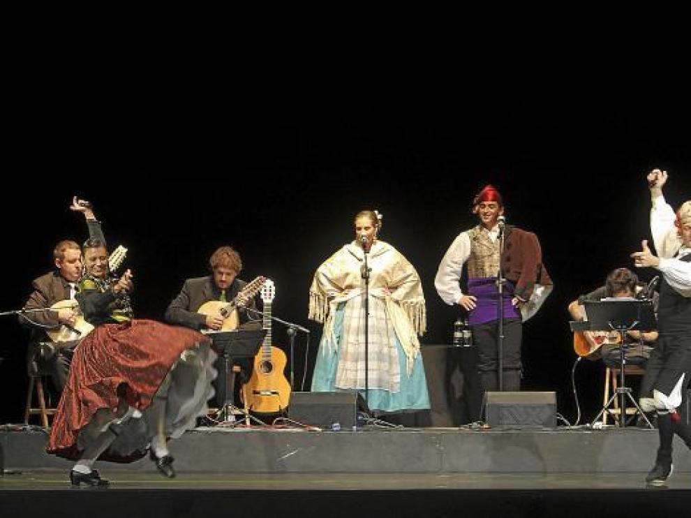 Alicia Güerri y Carlos Gil bailan delante de los dos cantadores y el elenco de músicos, anoche.