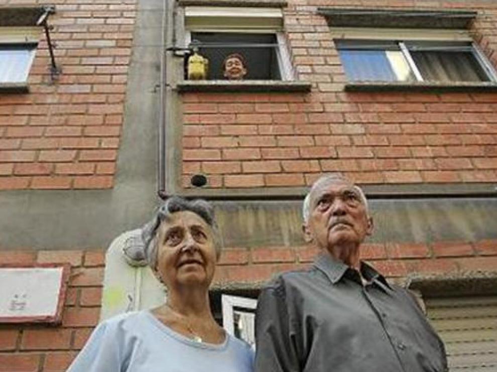 Serafín Ordóñez y su mujer, Marina, y Ángela Falcón (desde el balcón)