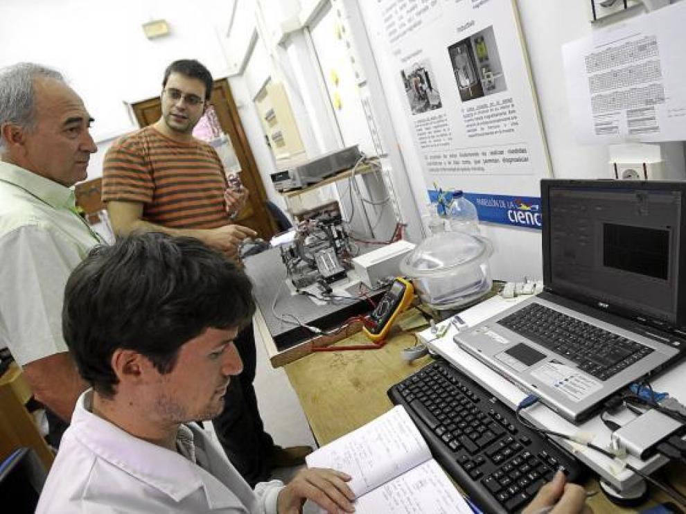 El profesor Ibarra (centro), con dos miembros del grupo de investigación del INA.