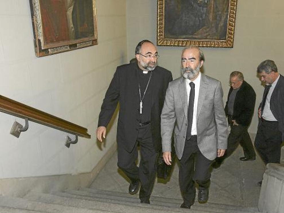 El obispo, Jesús Sanz, y el alcalde, Fernando Elboj, en primer término ayer en el Ayuntamiento