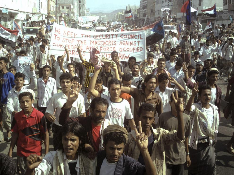 Los yemeníes marchan con eslóganes antigubernamentales a lo largo de al-Habileen.