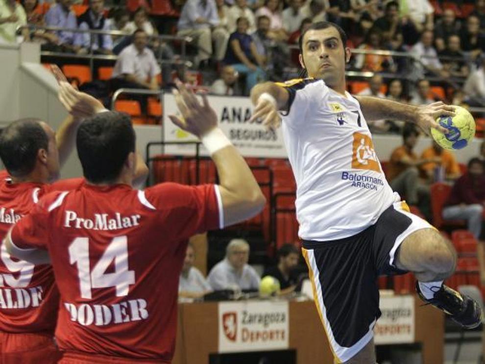 Ivan Stankovic se eleva sobre la defensa del Cangas
