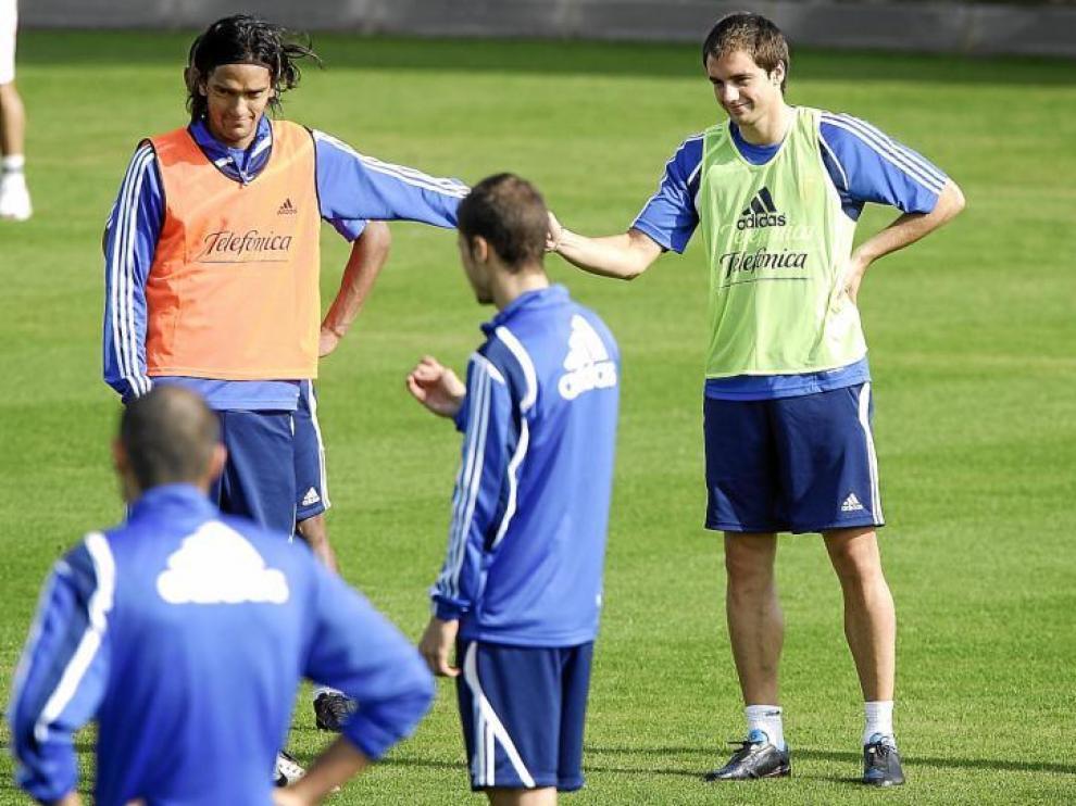 Raúl Goni, con el peto verde, saluda a Abel Aguilar en el instante en el que se reincorporó a los entrenamientos del grupo hace ocho días.