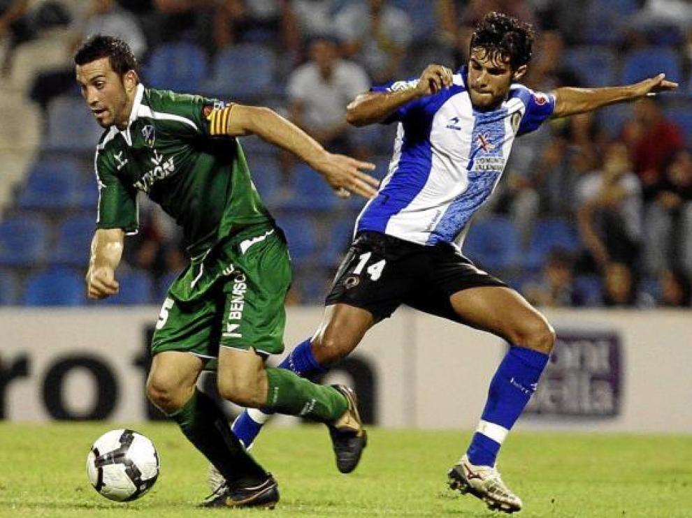 Joaquín Sorribas, centrocampista del Huesca, avanza con el balón en el partido de ayer