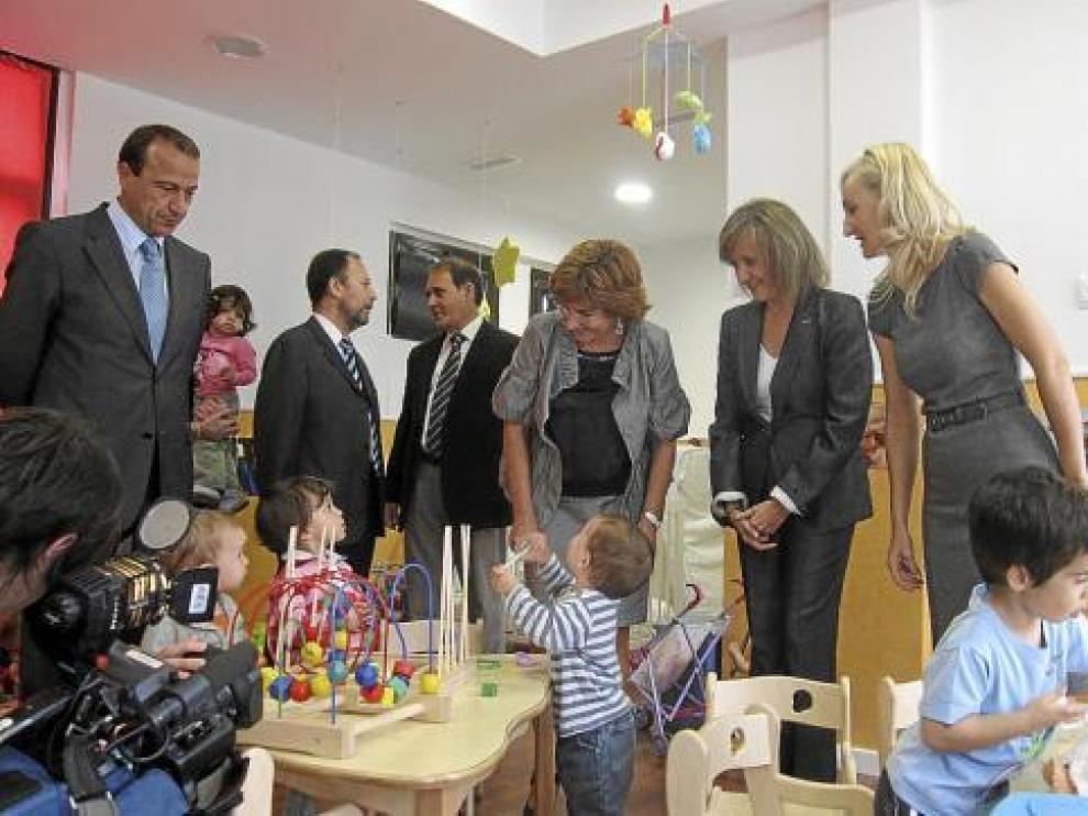 La consejera Broto y la alcaldesa de Belchite, en el centro de la imagen, ayer, en la inauguración.