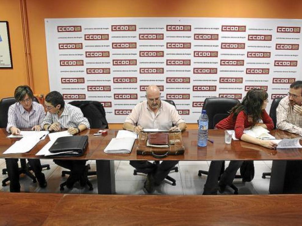 Representantes de la empresa Aguas de Panticosa y de los sindicatos en la reunión de ayer
