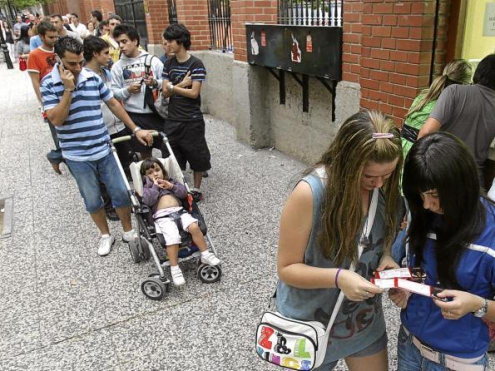 La plaza de toros registraba ayer importantes filas para sacar entradas para los festejos del Pilar.