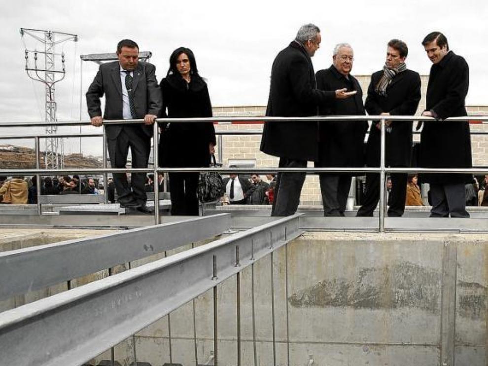Rafael Izquierdo, con bufanda, en la inauguración de la depuradora de Aniñón, en febrero de 2008.