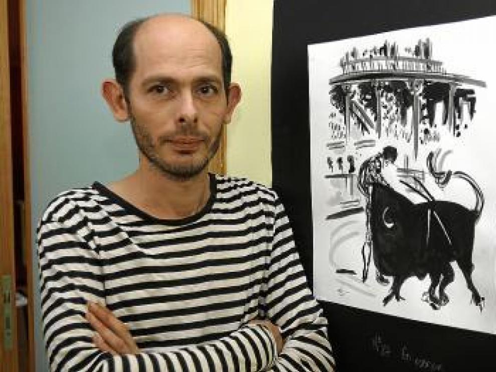 Alberto Calvo, junto a una de las obras de la exposición.