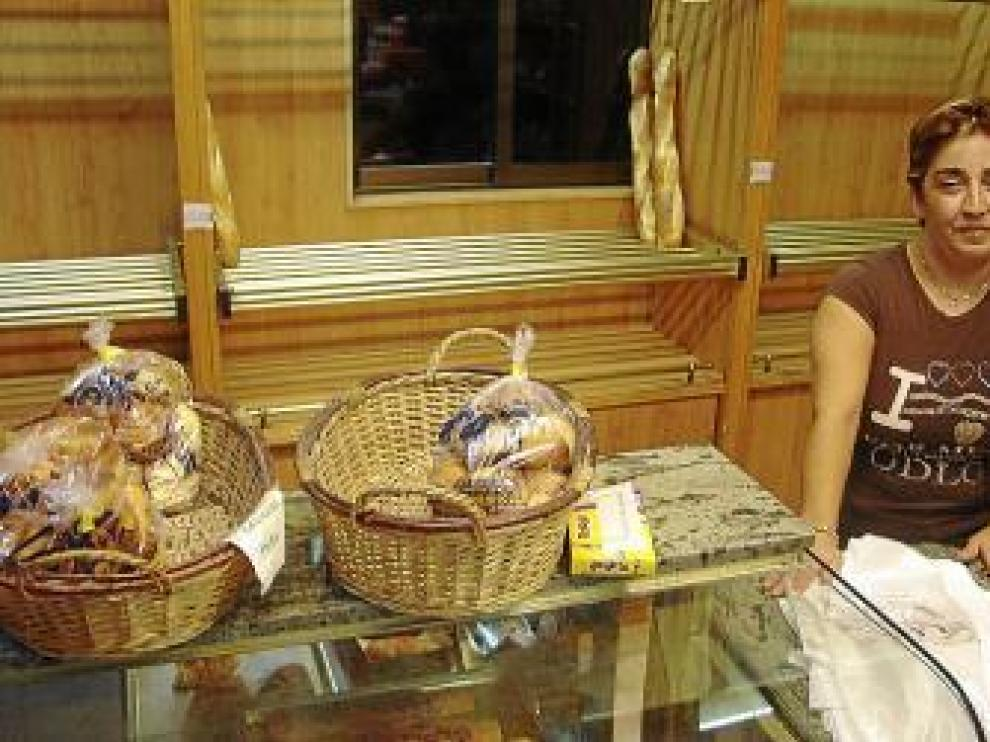 Lourdes Aguas, en su panadería de Ejea.
