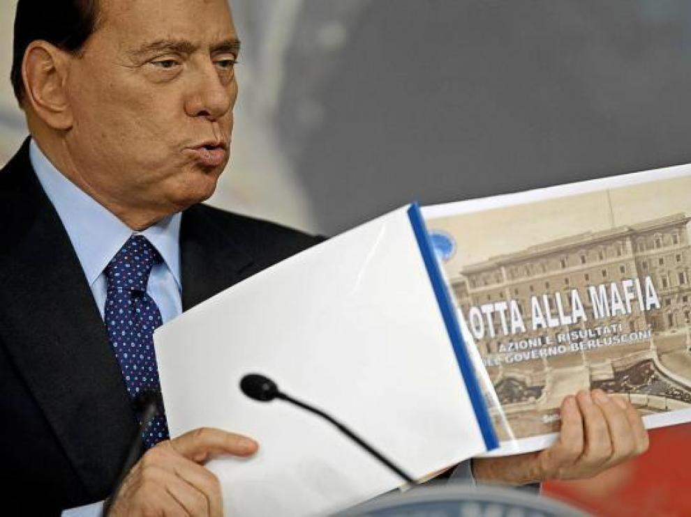 Berlusconi muestra el libro 'La lucha contra la mafia' en una rueda de prensa en Roma