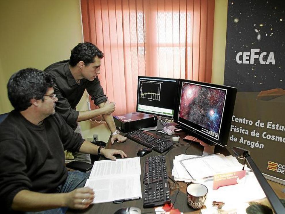 Sebastián Sánchez y Javier Cenarro. Ambos analizan datos obtenidos en Javalambre.