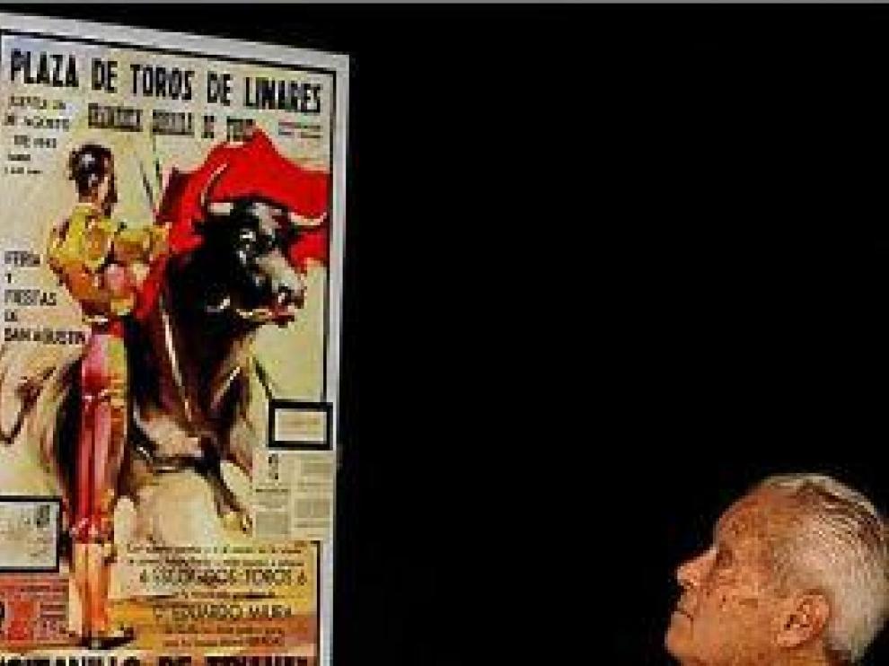Canito, mirando el cartel de la corrida de Linares.