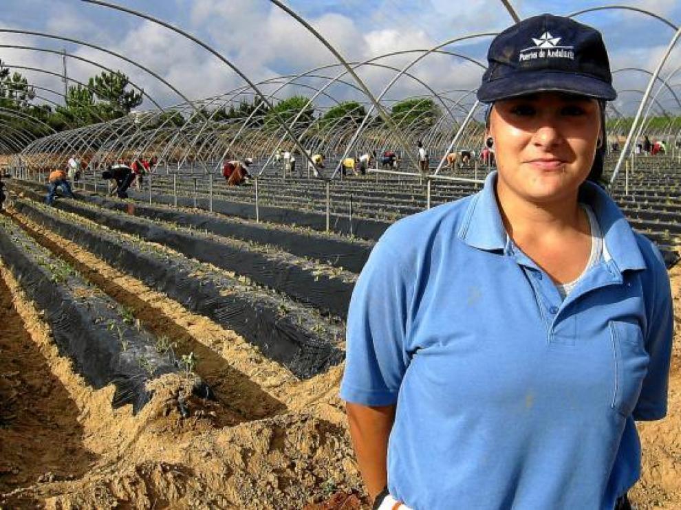 Desiré González, antes empresaria del pescado, se ha visto obligada a trabajar este año en la fresa.
