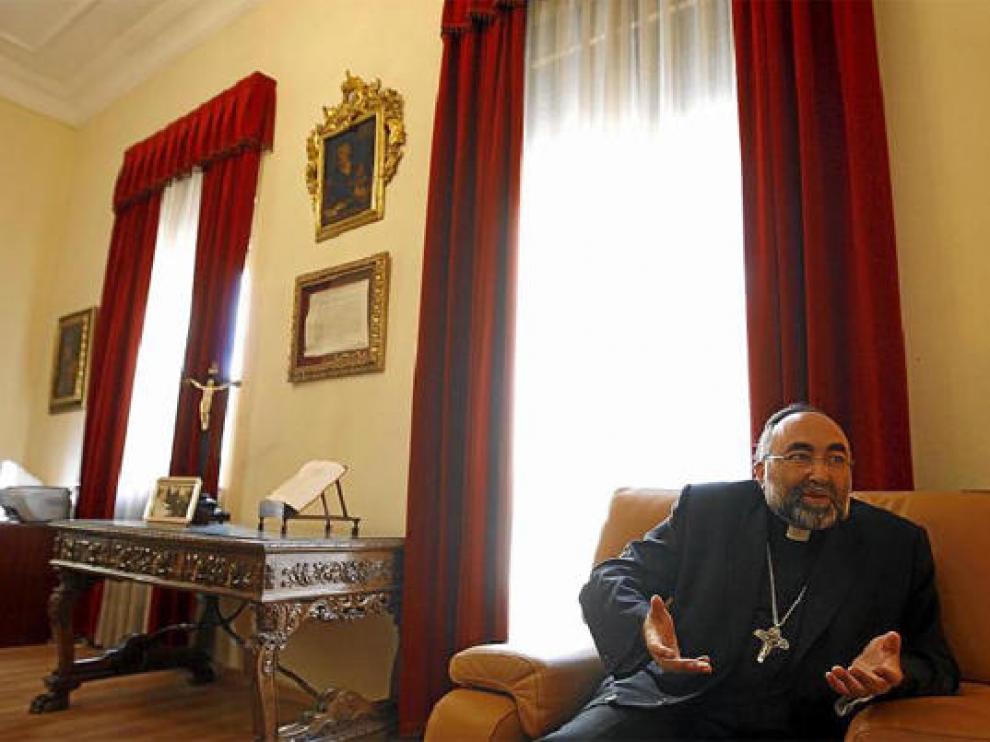 Jesús Sanz, en su despacho del obispado de Huesca, durante la entrevista concedida a este periódico.