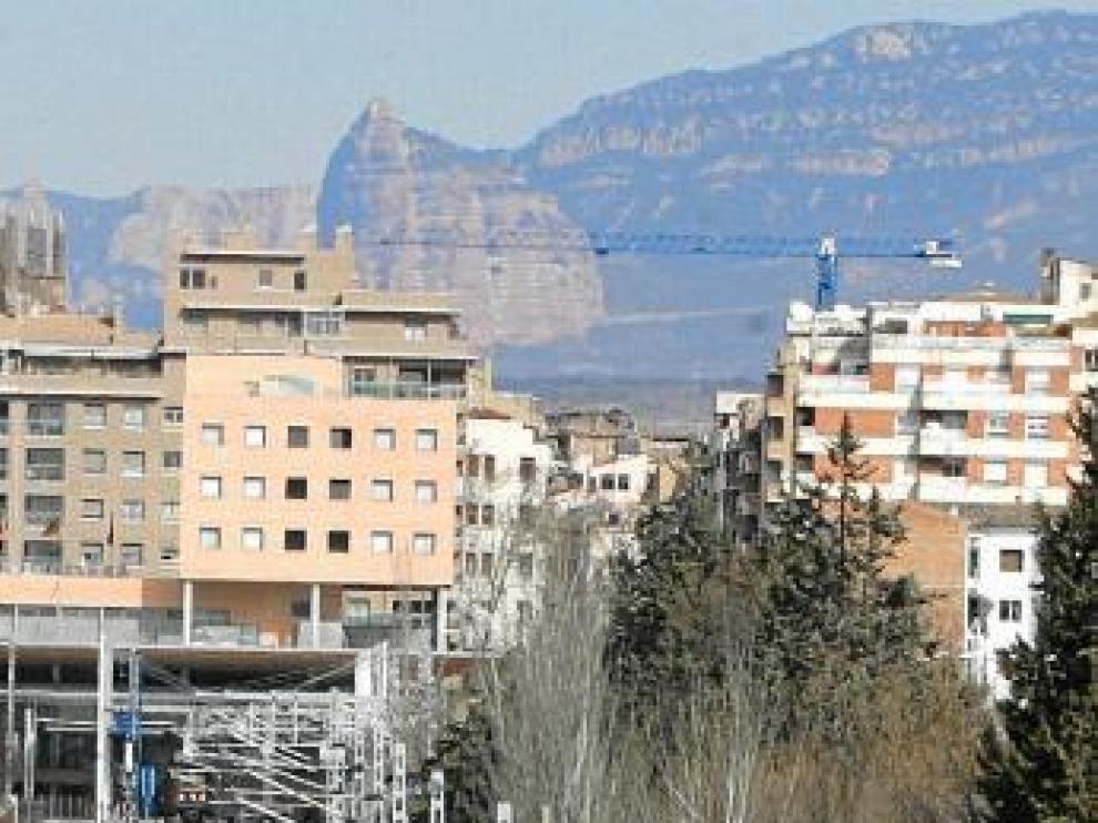 Un AVE de Talgo, saliendo de la estación de Huesca.