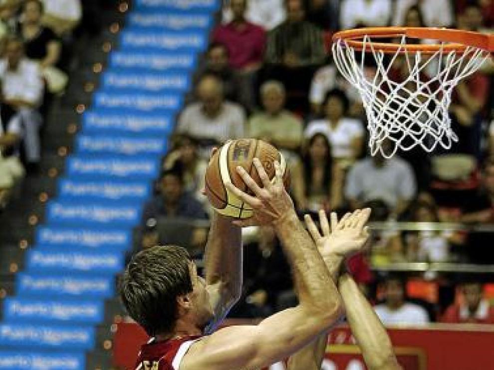 Kiefer trata de anotar en el duelo ante el Tarragona.