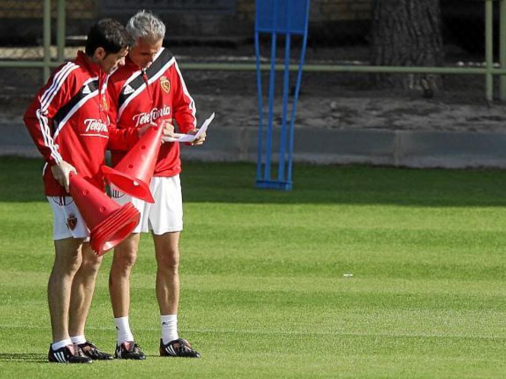 Marcelino y Rubén Uría supervisan la hoja de entrenamiento.