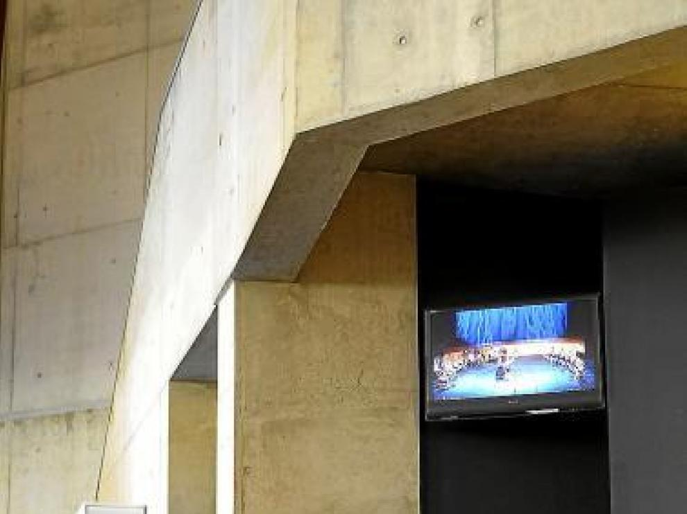 Una concursante espera su turno ante el monitor de la sala.