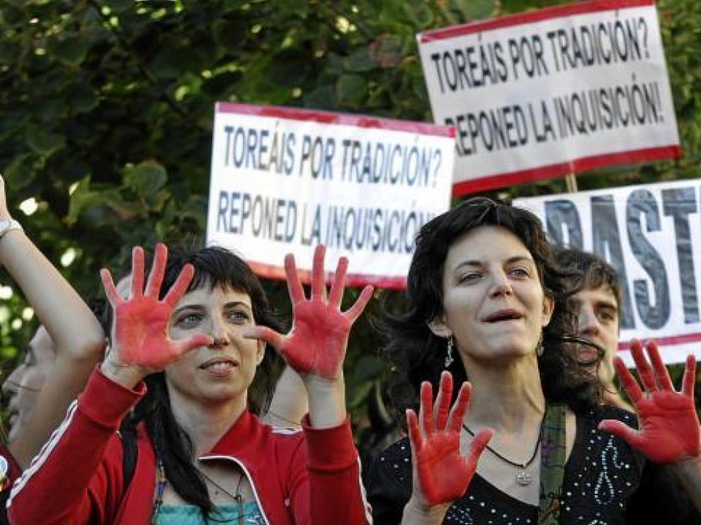 Mensajes antitaurinos junto a la plaza de toros de Zaragoza.