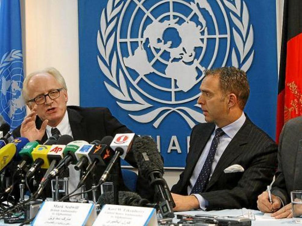 Kai Eide (i) comparece acompañado por los embajadores británico y estadounidense, ayer en Kabul.