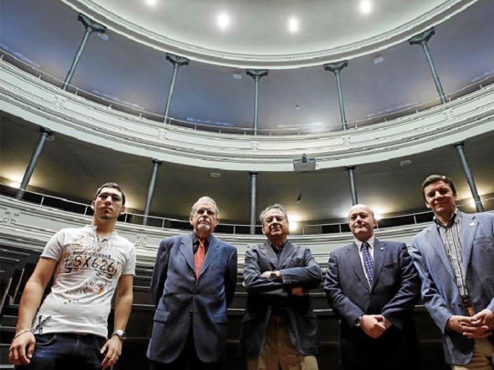 Gadea, Sáenz Lorenzo, Marqués, Beltrán y Montijano posan en el aula magna del edificio Paraninfo antes de comenzar el foro de debate.