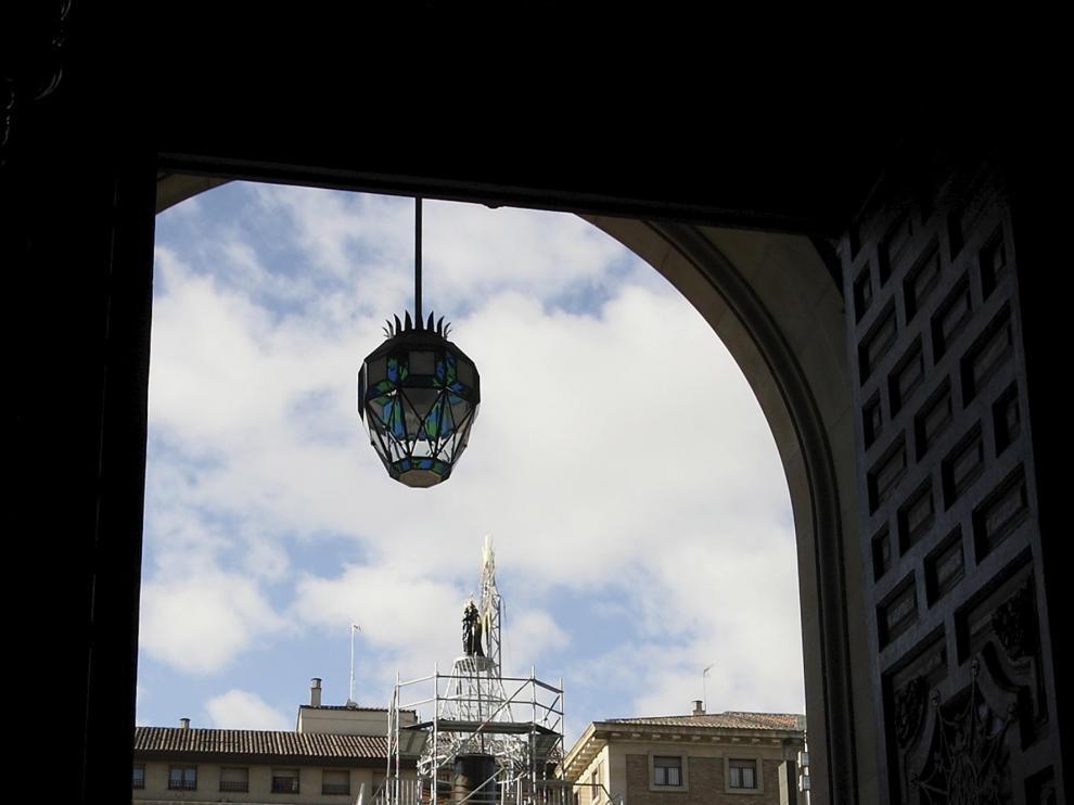 Ciudadanos y visitantes se detienen ante la estructura de la Virgen, todavía sin manto.