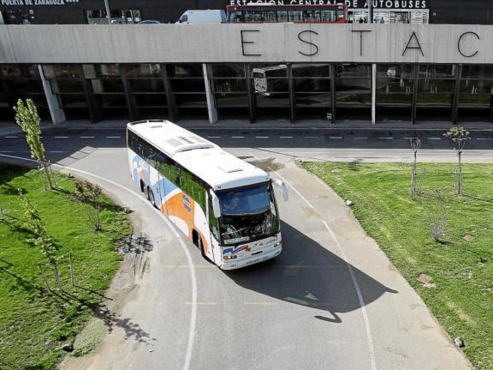 Un autobús de La Oscense sale de la estación intermodal de Delicias, el pasado viernes.
