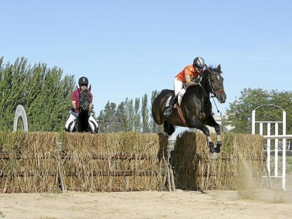 El paso de los obstáculos dio una gran espectacularidad a la prueba.