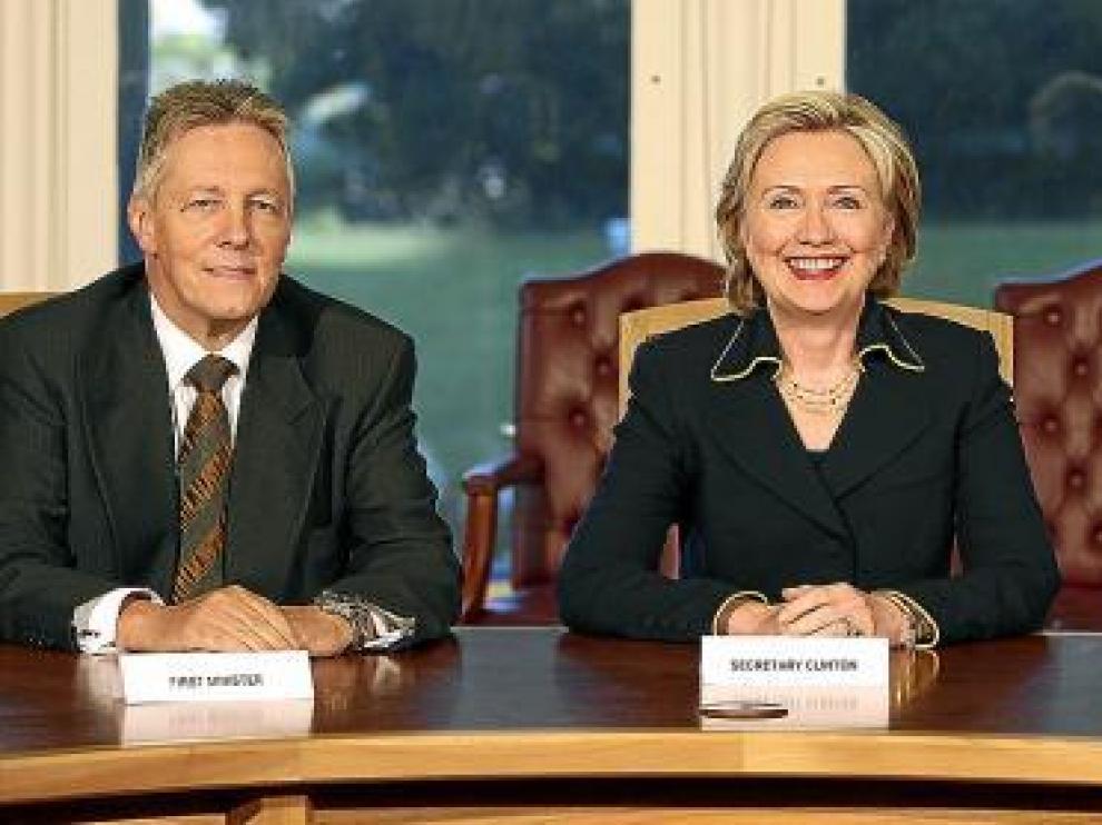 Hillary Clinton posa entre el primer ministro norirlandés y el viceprimerministro en Belfast.