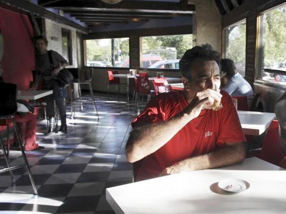 Domingo, minutos antes de salir a escena. Un cafecito en El Serrablo y su álter ego, el Morico, bien cerca. Como siempre.