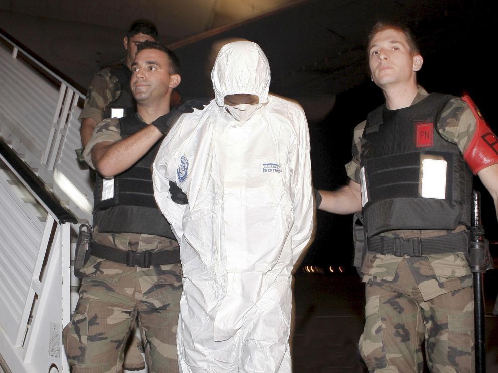 Agentes de la policía naval trasladan a uno de los dos piratas somalíes