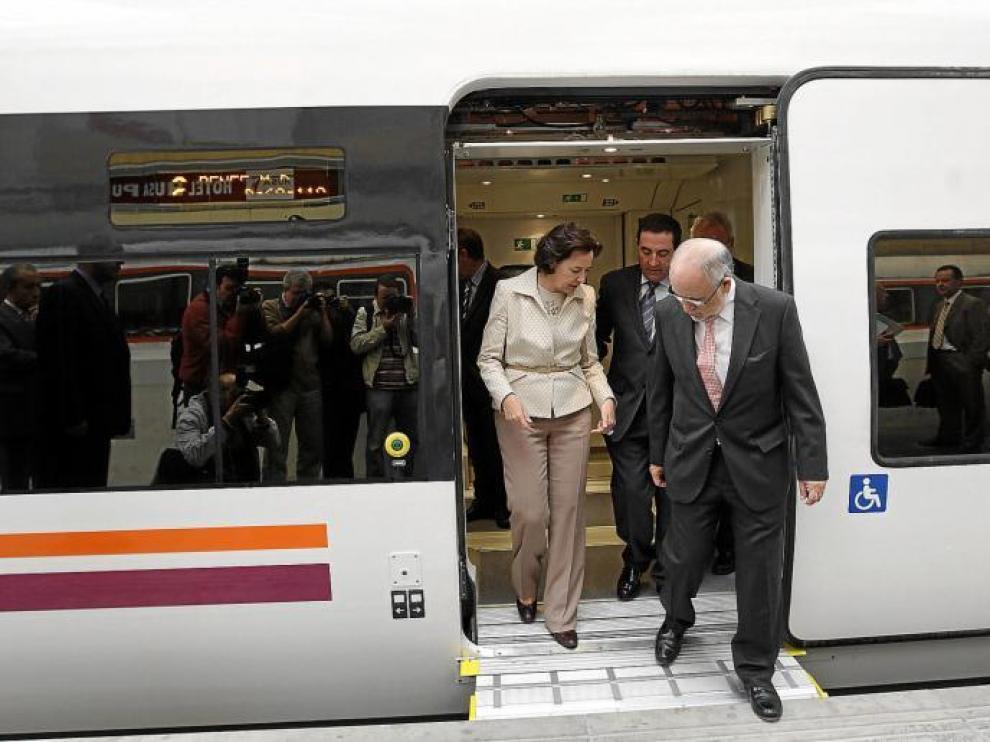 Los secretarios de Estado Concepción Gutiérrez y Víctor Morlán con el consejero Alfonso Vicente, en uno de los nuevos trenes 599.