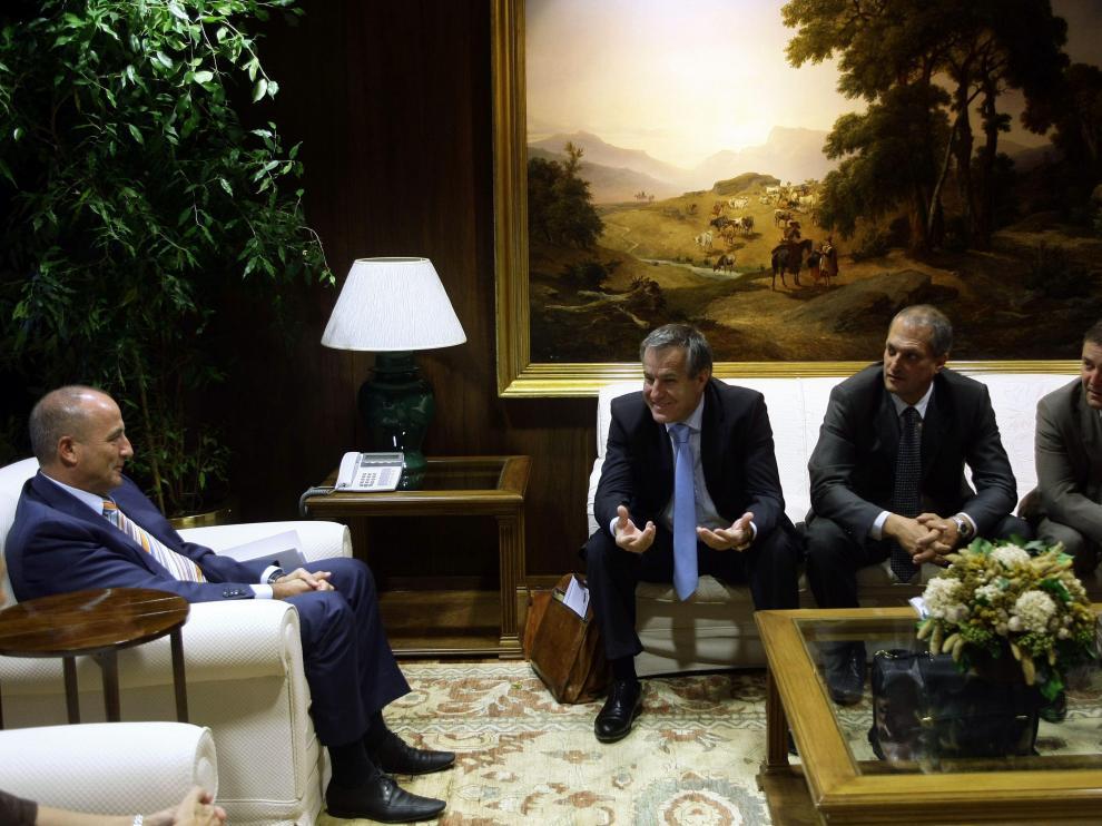 El ministro de Industria, Miguel Sebastián (izda), al inicio de la reunión que mantuvo hoy con representantes de la dirección de Magna